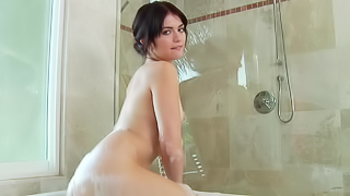 Modest babe in the bathtub makes an impression on her spectators